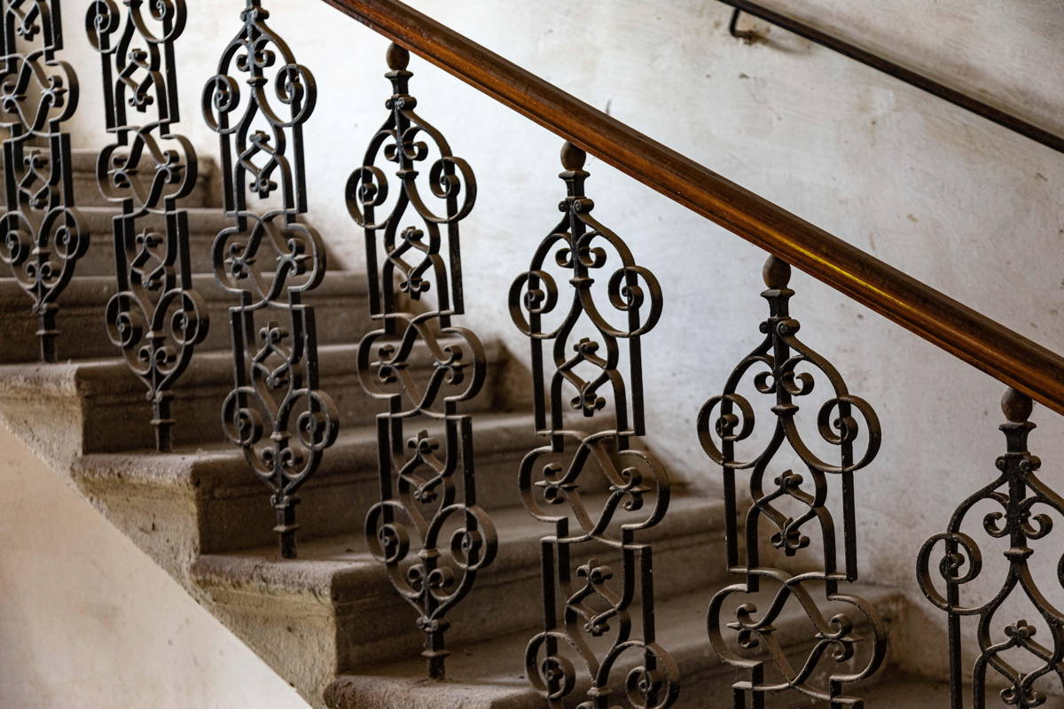 railings to women's gallery