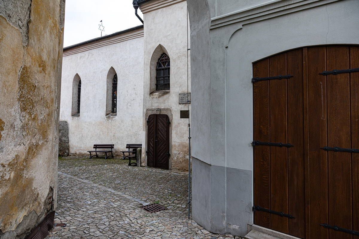 alley to synagogue