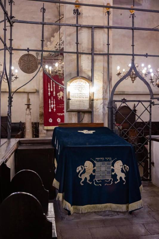 bimah in center sanctuary