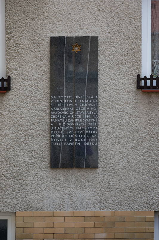 memorial plaque to victims of Shoah