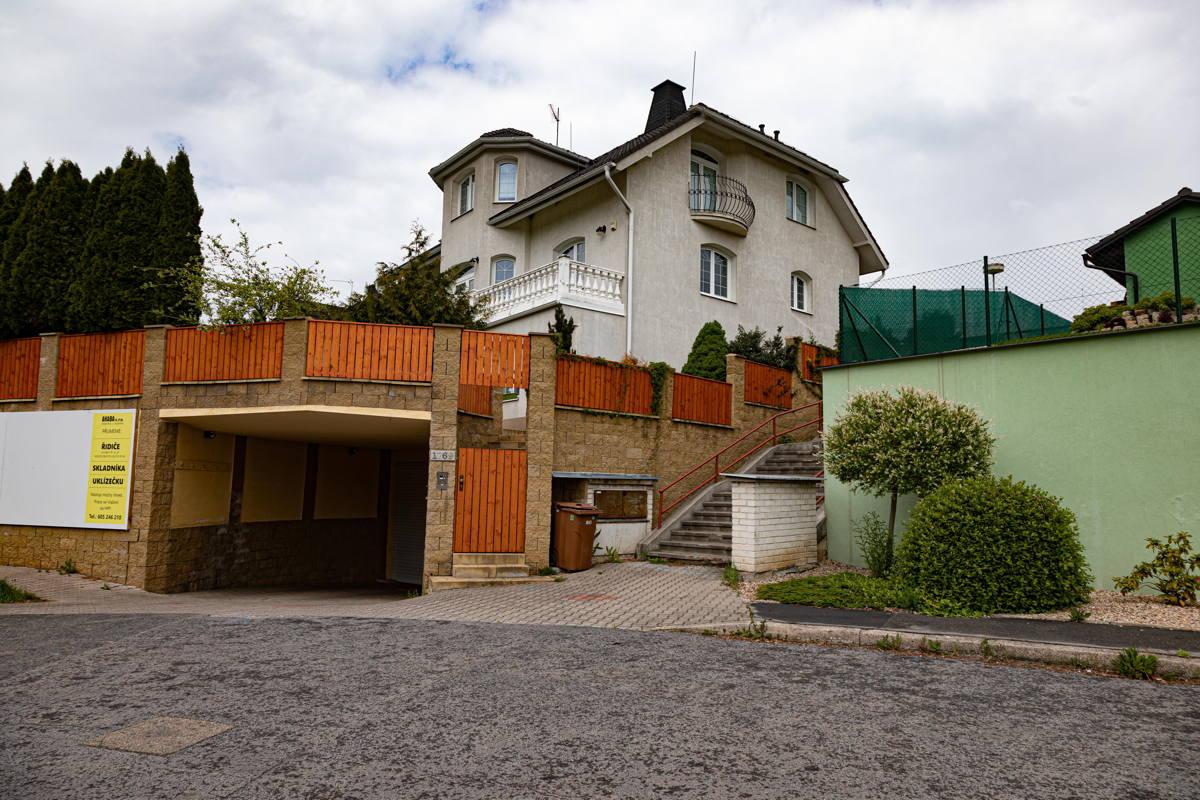 many villas